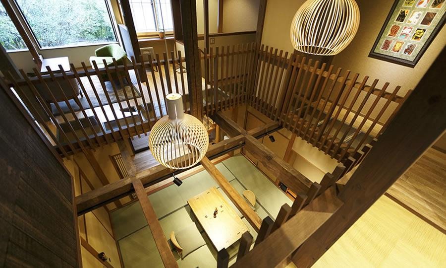 木造2階建ての上下階を繋いだメゾネット客室