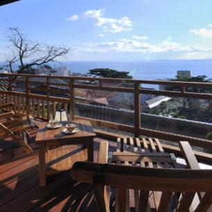 高台にある、眺めを満喫する客室