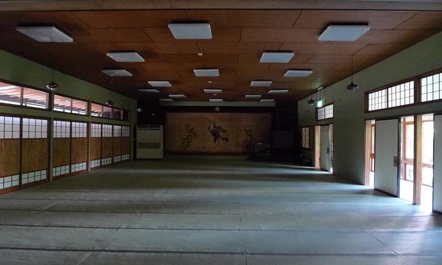 既存小屋組みを活かした大空間ダイニング