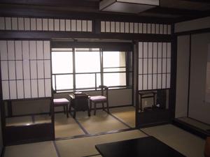 アウトドアリビングを囲む客室