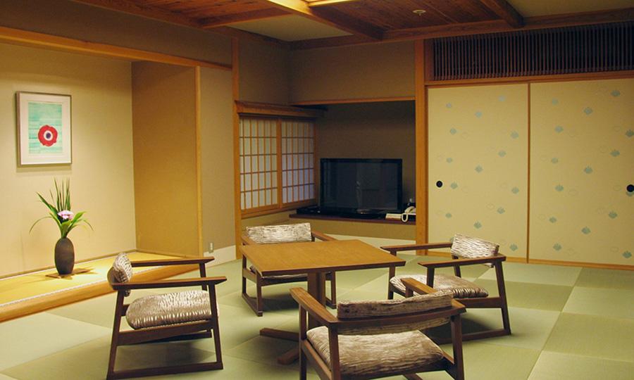 山の自然を楽しめる開放的な客室