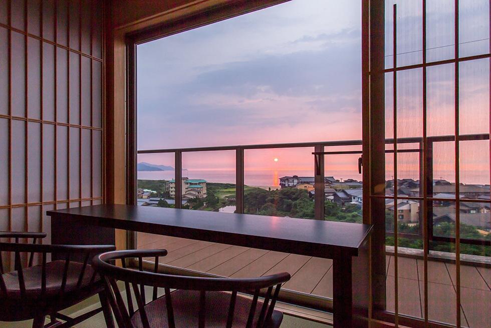 夕日を眺めるくつろぎの客室へ